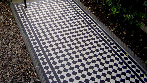 A traditional black and white chequerboard design with diamond border.